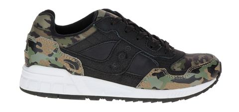 <p>Inserti di nylon camouflage, <strong>Saucony Originals.</strong></p>