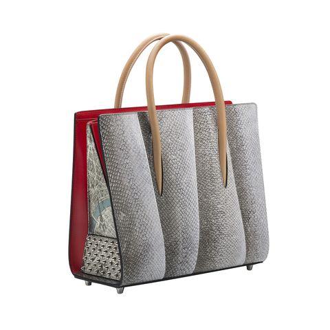<p>Nella speciale collezione autunno inverno 2016 di Christian Louboutin: Plan de Paris, anche i pezzi iconici della maison si vestono di mappe e luoghi simbolo di Parigi come la it-bag Paloma, la borsa tote da passeggio. </p>