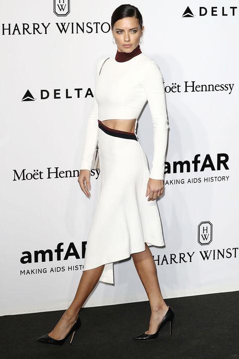 """<p><strong>Stilista</strong>: Mugler</p><p><strong>Dove</strong>: amfAR Milano 2016<span class=""""redactor-invisible-space""""></span></p><p><strong>Perchè</strong>: Adriana Lima porta in passerella un abito che potrebbe essere indossato anche per la quotidianità.</p>"""