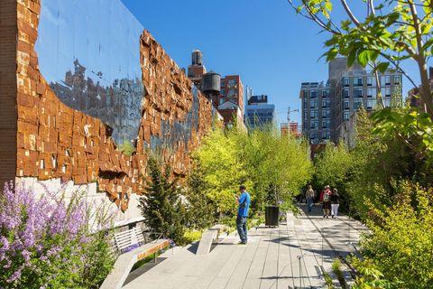 <p>Sul modello de La Promenade Plantée di Parigi, la High Line è un parco pubblico sopraelevato, costruito sui binari abbandonati lungo la 10th Avenue, tra Meatpacking District e West 30s. Il percorso è scandito da installazioni artistico e tappe per il cibo; spettacolari gli scorci del fiume Hudson, soprattutto al tramonto.</p>