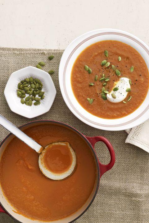 <p>Se ti serve un ingrediente per guarnire e arricchire la zuppa, i semi di zucca sono un'idea vincente.</p>