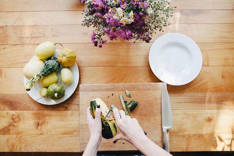 <p>Il <strong>radicchio</strong> è un'insalata rossa dal tipico retrogusto amaro (le verdure amare sono ottime per disintossicarsi e per la salute del fegato). Ne esistono diverse varietà e si può cucinare in molti modi: alla griglia, come ingrediente principe del risotto, saltato in padella e crudo in insalata. </p>