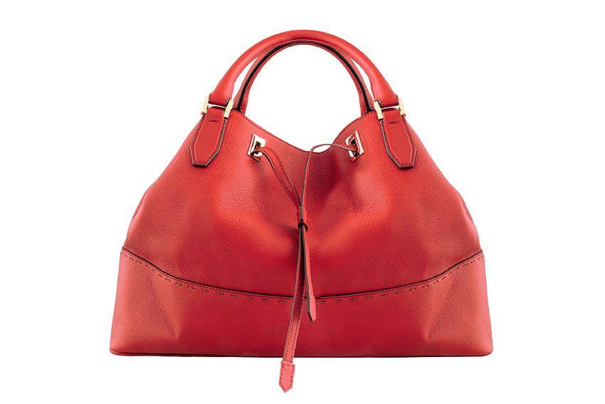 <p>Per dare un tocco di colore opta per una <strong>borsa a mano</strong> di <strong>pelle rossa</strong>, <strong>Fratelli Rossetti</strong><strong></strong></p>