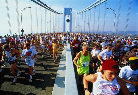 """<p>A novembre, di solito durante il primo week end, si corre la famosa e storica <a href=""""http://www.elle.com/it/benessere/fitness/g1351/corse-running-autunno-2016/"""">Maratona di New York</a><strong> </strong>(<em>tcsnycmarathon.org</em> - nel 2016 l'appuntamento è il 6 novembre), la maratona più partecipata al mondo che si snoda attraverso i cinque grandi distretti della città. Partecipare non è semplice, dato che ogni anno arrivano agli organizzatori  circa 100mila richieste ogni anno da parte di partecipanti amatoriali, e solo una parte di esse potrà essere soddisfatta. La scelta dei partecipanti infatti avviene tramite un'estrazione a sorte. Si parte alle 10.10 da Staten Island, vicino al ponte di Verrazzano<span class=""""redactor-invisible-space"""">, si arriva a Central Park, e il limite massimo di tempo per portare a termine l'impresa è 8 ore e 30 minuti.</span></p>"""