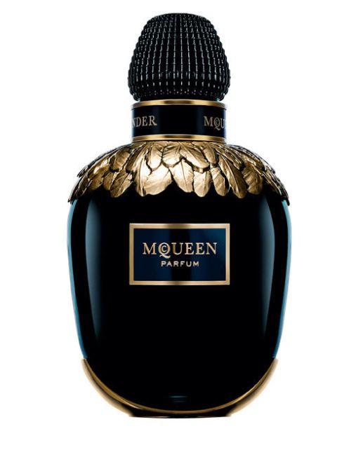 "<p>Un bouquet di gelsomino Sambac, unito alla tuberosa e all'ylang ylang. Parfum <strong data-redactor-tag=""strong"">Alexander MQueen</strong> (€ 350).<br></p>"