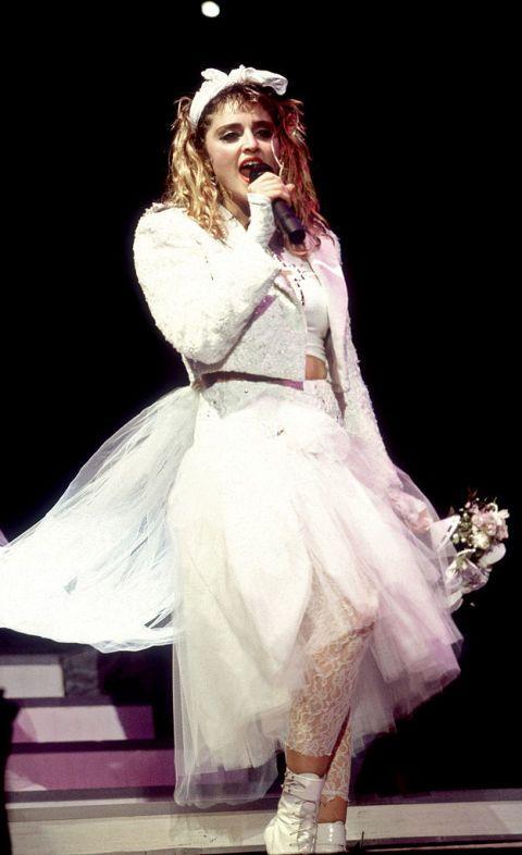 """<p>Era il 1984 quando una allora 26enne Madonna si presenta con <a href=""""http://www.elle.com/it/moda/abbigliamento/g1237/madonna-stile-anni-80-tendenze-moda/"""" target=""""_blank"""">il primo dei suoi look più famosi</a>: in abito da sposa salì sul palco di Mtv per cantare ed ansimare quello che è diventato un inno alla l<strong>iberazione sessuale</strong> e, forse, il suo pezzo più famoso: <em>Like a virgin</em>. Lì, dove la ascoltiamo raccontarsi come «<span class=""""redactor-invisible-space"""">una vergine toccata per la prima volta»<span class=""""redactor-invisible-space""""> c'è tutta l'essenza di quella che sarebbe presto diventata la regina indiscussa del pop: allusioni, doppi sensi, ironia, divertimento e sesso. Vari gruppi iper tradizionalisti promotori della famiglia cercano di proibirla, dicendo che la canzone spinge al sesso prima del matrimonio.<span class=""""redactor-invisible-space""""> Malpensanti ...</span></span></span></p>"""