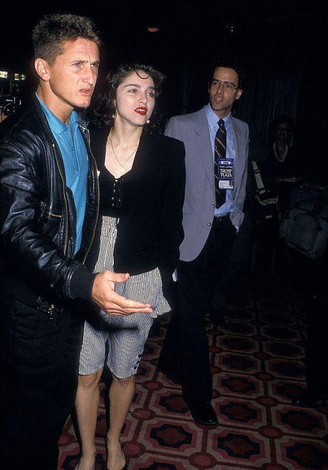 """<p>Nel 1988 Madonna fa coppia con <strong>Sean Penn</strong>, ma, benché il loro sia stato un matrimonio zeppo di liti furibonde, zuffe, eccessi, il vero scandalo arrivo con il brano <em>Like a Prayer</em>. Che tra parentesi, ma manco troppo, è di una bellezza assoluta. Così come di una blasfemia totale. Perché se oggi Madonna è anche una <a href=""""http://www.elle.com/it/magazine/firme/a261/madonna-mamma-addolorata-sul-palco-per-il-figlio-rocco-finalmente-fragile-come-piace-alla-figlia-lourdes/"""" target=""""_blank"""">disposta a mostrarsi di tanto in tanto umana</a>, in quei ruggenti anni 80 asfaltava tutto ciò che le passava a tiro sotto la spinta della voglia di fare scandalo. E così mentre il teso della canzone allude a, ma guarda un po', un <strong>rapporto orale,</strong> nel video la vediamo che si dimena scollacciata tra croci che ardono di passione, un santo afro che pecca tra le sue braccia e miracolose stigmate ricevute all'altare. Risultato: i cattolici la scomunicano e la Pepsi strappa l'accordo pubblicitario da 5 milioni di dollari. </p>"""