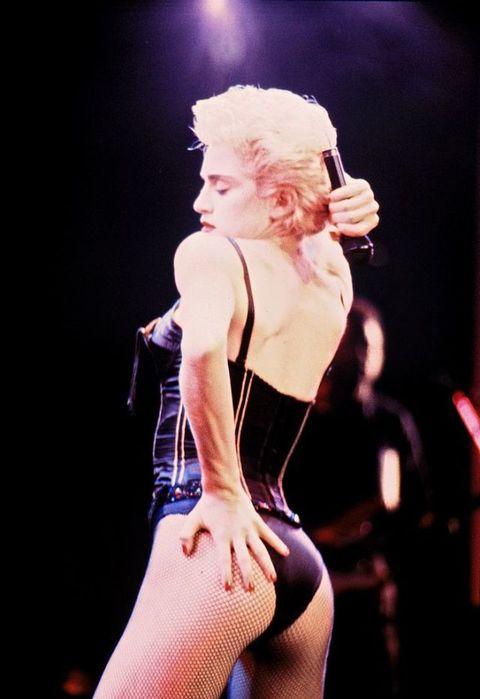 <p>Who's that girl? Inizia a chiedersi il mondo intero quando, a cavallo tra il 1986 e il 1987, l'ormai ex Veronica Ciccone inizia ad infiammare i palcoscenici con show sempre più spinti, audaci e provocatori. Al centro di tutto sempre il <strong>sesso</strong>, che per Madonna ha sempre fatto parte della performance tanto quanto la musica. E così, decenni prima di Miley Cyrus, sotto gli occhi ora sognanti ora scandalizzati del pubblico, prendeva forma, corpo e anima la più intramontabile delle cattive ragazze del pop. </p>