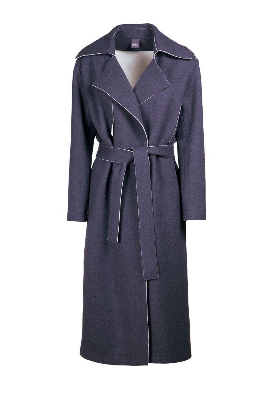 <p><strong>Cappotto blu</strong> a vestaglia di tessuto double, <strong>Lorena Antoniazzi</strong></p>