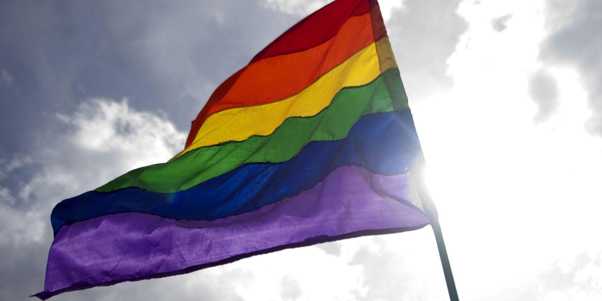 <p><strong>Perché proprio il colore viola?</strong> Tutto parte dalla bandiera rainbow (che ha 6 colori, e non 7 come quella della pace), che è quella del movimento Lgbt in tutto il mondo. Secondo l'ideatore della bandiera, l'artista statunitense Gilbert Baker, il colore viola che costituisce l'ultima banda in basso della bandiera rappresenta lo spirito. Quello spirito che deve essere libero di esprimersi come meglio crede e non dev'essere vessato da bullismo.</p>