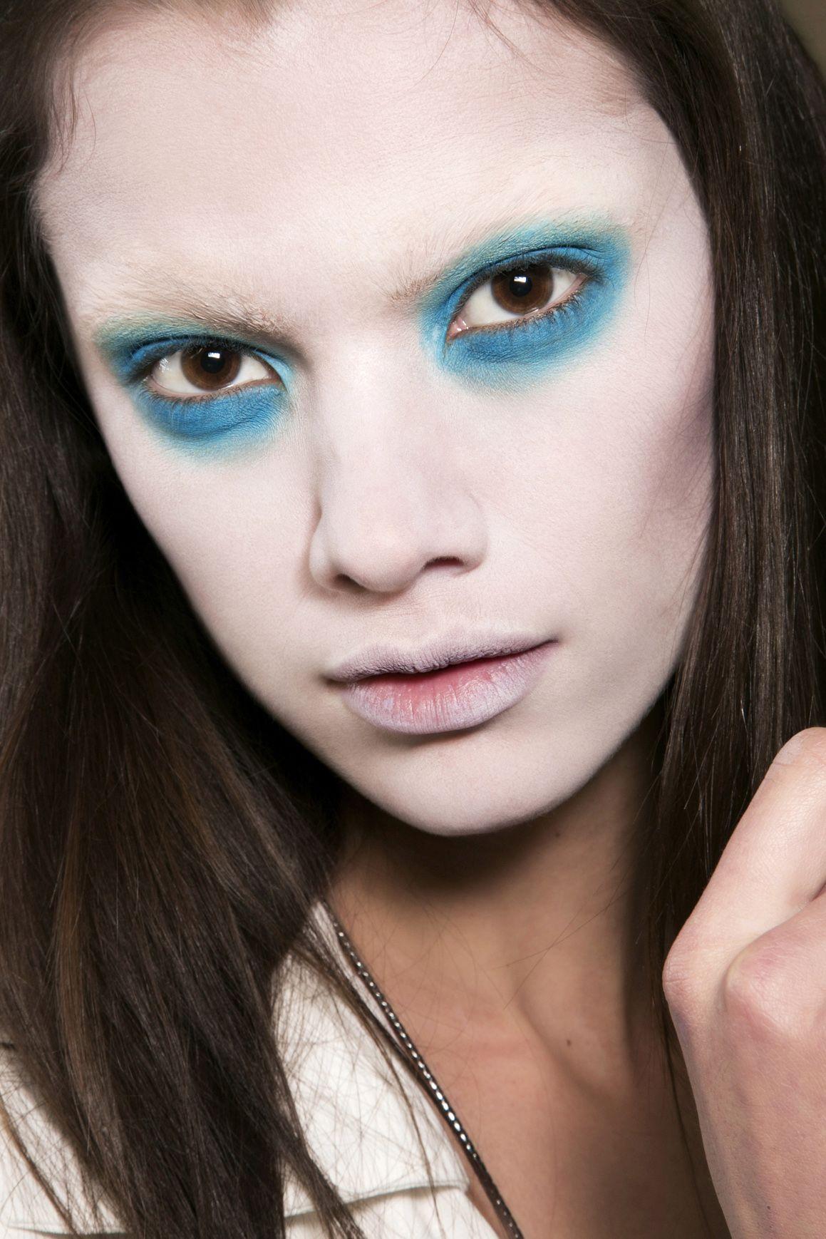 <p>L'ombretto azzurro in crema circonda tutto l'occhio (senza mascara), immerso in un volto con incarnato e labbra diafane.</p>