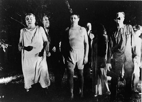 <p>Antesignano di tutti i film e le serie tv sugli <strong>zombie</strong>, <em>La notte dei morti viventi</em> esce nel 1968 per la regia di <strong>George A. Romero</strong> e, pur con il suo carico pesante di arti strappati a morsi, riscuote un successo mondiale. E anche oggi, pur con i suoi limiti dovuti più che altro alle tecnologie dell'epoca, mantiene intatta la sua atmosfera claustrofobica e angosciante. </p>