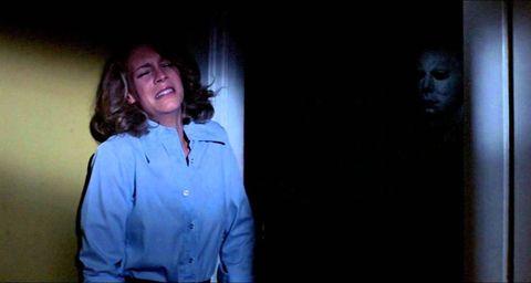 <p>Nel 1978 il maestro<strong> John Carpenter</strong> crea una delle figure più micidiali della storia del cinema: Micheal Myers, assassino psicopatico fin dall'infanzia, fuggito all'ospedale psichiatrico in cui appena 6enne era stato rinchiuso e tornato per continuare la sua mattanza. Un cult del genere orrorifico, assolutamente da inserire nella lista dei <strong>film da vedere a Halloween</strong>, con una colonna sonora che da sola mette un'ansia pazzesca e in tutto ciò anche il debutto di una allora giovanissima <strong>Jamie Lee Curtis.</strong></p>