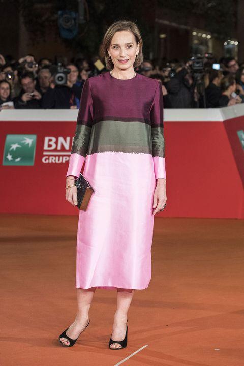 <p><strong>Kristin Scott Thomas</strong> con un abito midi color block alla celebrazione del 20esimo anniversario di <em>Il paziente ingles</em>e a Roma.</p>