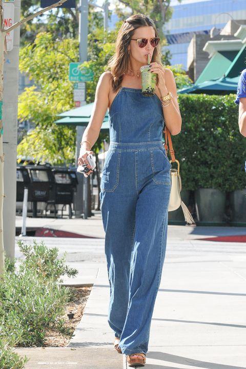 <p><strong>Alessandra Ambrosio</strong> ricorda lo stile anni '70 con questa tuta di jeans e le zeppe. Vista per le strade di Los Angeles. </p>