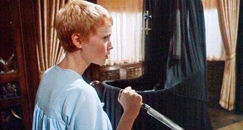 """<p>Ha una trama letale, questo capolavoro di <strong>Roman Polanski</strong>: una giovane moglie, interpretata da <strong>Mia Farrow</strong>, che nel 1968 era ancora lontana anni luce <a href=""""http://www.elle.com/it/magazine/storie/news/a726/woody-allen-accuse-molestie-storia/"""" target=""""_blank"""">dalla lunga e travagliata storia con Woody Allen</a>, scopre di aspettare il figlio del demonio. E la colpa di chi è? Del marito, attore vanesio, che ha fatto il famoso patto con il Diavolo. Più che un horror, una storia vera. </p>"""