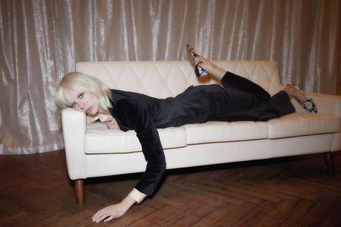 <p>L'amore di Alexa Chung per il <strong>tailleur pantalone</strong> non è un mistero: questa versione è una bella opzione per tutte quelle che, alla <strong>festa di Natale</strong>, non vogliono indossare un <strong>abito da cocktail</strong>.</p><p><strong>Giacca</strong> Clarendon, <strong>pantaloni</strong> Clarendon, <strong>blusa</strong> Elland blouse, <strong>scarpe</strong> York</p>