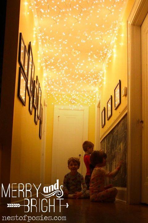 """<p>Rendi il tuo corridoio un luogo incantato in meno di 15 minuti grazie a tanti fili di piccole luci.</p><p>(<a href=""""http://www.nestofposies-blog.com/2012/12/all-things-merry-bright-add-twinkle-lights-to-your-hallway/"""" target=""""_blank"""">Nest of Posies</a>).</p>"""