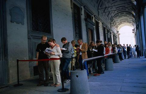 """<p>Quale migliore occasione della <strong>Domenica al Museo</strong> per visitare nella famosa città d'arte alcuni dei <a href=""""http://www.elle.com/it/idee/viaggi/suggerimenti/g852/migliori-musei-da-vedere-nel-mondo/"""">poli espositivi</a> più ammirati al mondo: dalla <strong>Galleria degli Uffizi</strong>, con la sua ricca collezione di opere del Rinascimento (Cimabue, Caravaggio, Giotto, Sandro Botticelli, <a href=""""http://www.elle.com/it/idee/viaggi/suggerimenti/g1444/mostre-autunno-2016-italia/"""">Rubens</a> e Rembrandt solo per fare alcuni nomi di artisti che hanno le loro opere nel museo fiorentino), alla <strong>Galleria d'arte moderna di Firenze</strong><strong></strong>, senza dimenticare il <strong>Giardino di Boboli</strong><span class=""""redactor-invisible-space"""">, il parco storico giardino di Palazzo Pitti, e il <strong>Museo delle Cappelle Medicee</strong><span class=""""redactor-invisible-space"""">.</span></span></p><p><span class=""""redactor-invisible-space""""><span class=""""redactor-invisible-space""""></span></span></p>"""