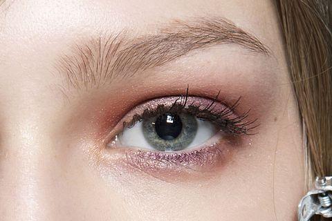 <p><strong>Cos'è</strong>  Una colorazione delle ciglia di nero o marrone.</p><p><strong>Come si fa</strong>  Si applica un patch nelle ciglia inferiori, si chiudono gli occhi e si spalma il prodotto colorante sulle ciglia. La seduta dura 30 minuti circa.</p><p><strong>Quanto dura il trattamento</strong>  Dipende dal ricambio delle ciglia naturali, ma in media dura dai 30 ai 50 giorni circa.</p><p><strong>A chi è consigliata</strong>  A chi ha ciglia chiare sia corte, sia medie, sia lunghe.</p><p><strong>Quanto costa</strong>  40 euro circa. Se effettuata in combinata con la curvatura costa 90 euro circa.</p><p><br></p><p>(foto sopra: sfilata Luisa Beccaria)<br></p>