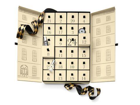 <p>Cadenzano l'arrivo del Natale i 24 piccoli lussi racchiusi nei cassettini di questo Advent Calendar esclusivo (Jo Malone - 310 euro, limited edition).</p>