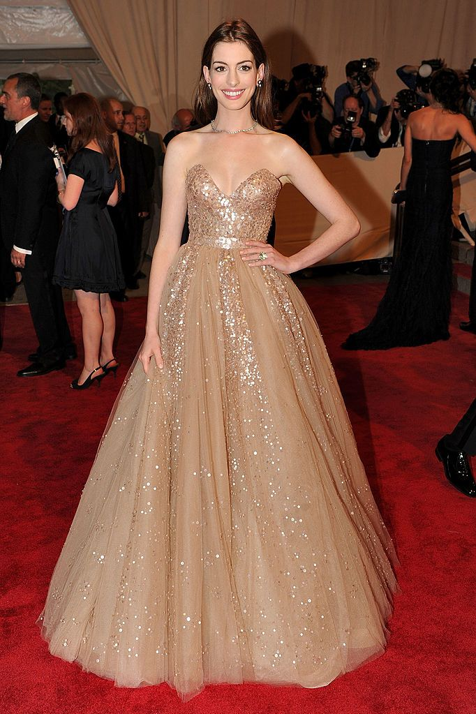 anne hathaway: i look dell'attrice