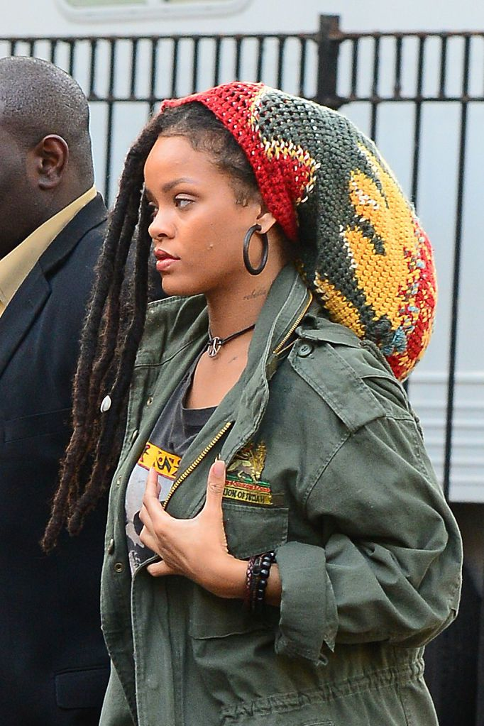 Rihanna con i capelli afro: i look con i deadlocks