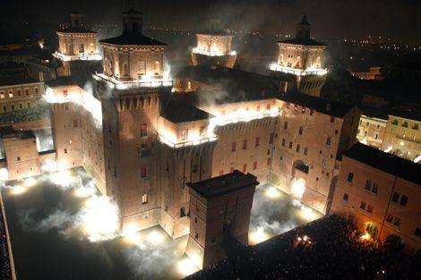 """<p>Il Capodanno a <strong data-redactor-tag=""""strong"""" data-verified=""""redactor"""">Ferrara </strong>si conferma uno dei più spettacolari e divertentid'Italia, e non solo grazie dall'affascinante spettacolo dell'Incendio del Castello Estense,ma anche per la presenzain Piazza XXVI Maggiodi una pista da discesa per sci e snow tubing (il ciambellone, per intenderci, che si usa anche negli acquafan). Fatta di ghiaccio e neve è a oggil'unica presente in Italiae resterà aperta dal 07 dicembre al 15 gennaio.</p><p><span class=""""redactor-invisible-space"""" data-verified=""""redactor"""" data-redactor-tag=""""span"""" data-redactor-class=""""redactor-invisible-space""""><strong data-redactor-tag=""""strong"""" data-verified=""""redactor"""">Consigliato a</strong>: chi non ha paura della combo brindisi-discesa in picchiata.</span></p>"""