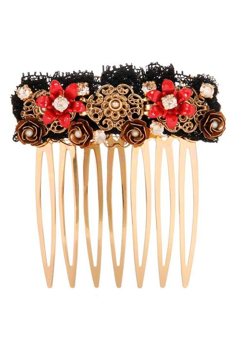 "<p>Il motivo floreale di <strong data-redactor-tag=""strong"" data-verified=""redactor"">Dolce &amp; Gabbana</strong>, tra rose oro e pietre preziose, veste anche i capelli.&nbsp;</p>"