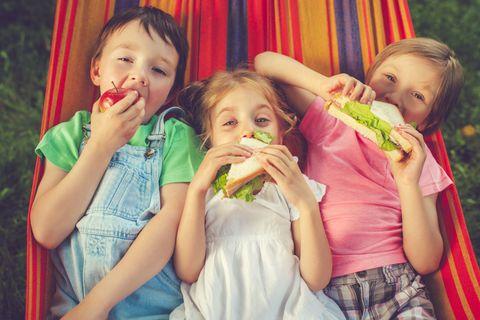 """<p>I bambini, quando sono a tavola con altri bimbi, mangiano di più e meglio. Organizza un <strong data-redactor-tag=""""strong"""" data-verified=""""redactor"""">pigiama-party</strong> a casa e invita gli amici del cuore di tuo figlio: pop-corn e caramelle saranno accessibili solo dopo una cena super salutare a base di verdure e altre prelibatezze.</p>"""