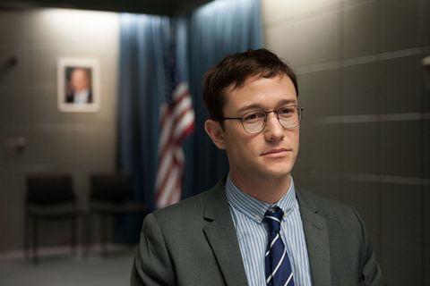 """<p><strong data-redactor-tag=""""strong"""" data-verified=""""redactor"""">Joseph Gordon-Levitt </strong>interpreta l'informatico <strong data-redactor-tag=""""strong"""" data-verified=""""redactor"""">Edward Snowden</strong>, al centro di uno dei più grandi fatti di cronaca del nostro tempo. In fin dei conti Snowden è un idealista disilluso che inizia la sua <strong data-redactor-tag=""""strong"""" data-verified=""""redactor"""">carriera</strong> lavorando nei<strong data-redactor-tag=""""strong"""" data-verified=""""redactor""""> servizi segreti</strong> e scopre cose che mettono in dubbio tutto quello che pensava di sapere. Coprotagonista è <a href=""""http://www.elle.com/it/magazine/firme/a2144/shailene-woodley-arrestata-protesta-sioux/"""">Shailene Woodley</a>.</p><p>Il <strong data-redactor-tag=""""strong"""" data-verified=""""redactor"""">film </strong>è uscito il 24 novembre 2016.</p>"""