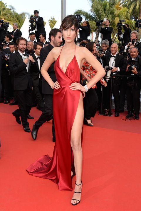 """<p>L'abito di raso rosso di<strong data-redactor-tag=""""strong"""" data-verified=""""redactor"""">&nbsp;Alexandre Vauthier</strong> che <strong data-redactor-tag=""""strong"""" data-verified=""""redactor"""">Bella Hadid</strong> ha indossato al Festival di Cannes 2016 passerà alla storia. Tutto è studiato nei minimi dettagli per esaltare le curve della top model e per non far vedere nulla di esplicito.&nbsp;</p>"""