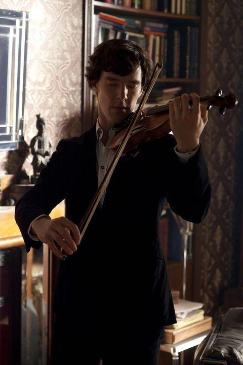 """<p>Si sa, le donne amano i musicisti. E Sherlock Holmes si diletta con uno strumento incredibilmente sensuale, il violino, il suo in particolare nientemeno che uno Stradivari originale, del valore di almeno 500 ghinee, acquistato in un negozietto di Tottenham Court Road per appena 45 scellini. Tra strumento e aneddoto, tutto meglio di una collezione farfalle, ma questo è niente. Aspettate che vi suoni le <em data-redactor-tag=""""em"""" data-verified=""""redactor"""">Romanze senza parole </em>di Mendelssohn: cadrete letteralmente ai suoi piedi.</p>"""