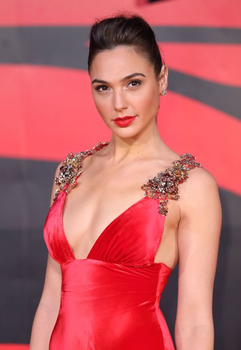 "<p>C'è solo un modo per definire questo look: <strong data-redactor-tag=""strong"" data-verified=""redactor"">Wonder Woman</strong> in rosso.</p>"