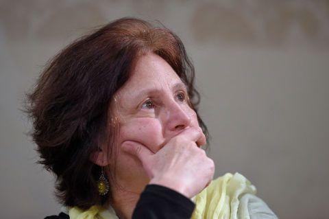 """<p>La madre di Giulio, orrendamente ucciso al Cairo lo scorso 25 gennaio in circostanze misteriose, continua la sua missione per scoprire la verità sul tragico destino di suo figlio. In una recente&nbsp&#x3B;intervista <strong data-redactor-tag=""""strong"""" data-verified=""""redactor"""">Paola Regeni</strong> ha detto:&nbsp&#x3B;«<span class=""""redactor-invisible-space"""" data-verified=""""redactor"""" data-redactor-tag=""""span"""" data-redactor-class=""""redactor-invisible-space""""></span>La tragica uccisione di Giulio è qualcosa che la nostra mente europea, da un punto di vista cognitivo ed emotivo, non è attrezzata a comprendere. Quindi il dolore è un dolore che deve ancora trovare le parole e le forme per essere espresso. È difficile pronunciare la parola """"tortura"""", ma questo è stato. Molte madri mi hanno raccontato dei loro lutti ma tutte sono state concordi nel dire """"questo è inimmaginabile per madri italiane!"""" Stiamo parlando di una morte provocata da azioni violente per mano di persone che hanno minato la dignità psicologica e fisica di Giulio: un figlio come tanti cresciuti in Italia. Per riprendere le parole di un'amica, """"un nativo democratico"""". <strong data-redactor-tag=""""strong"""" data-verified=""""redactor"""">Forse Giulio poteva essere utile al nostro mondo senza essere un simbolo di tanto dolore</strong>».<span class=""""redactor-invisible-space"""" data-verified=""""redactor"""" data-redactor-tag=""""span"""" data-redactor-class=""""redactor-invisible-space""""></span></p>"""
