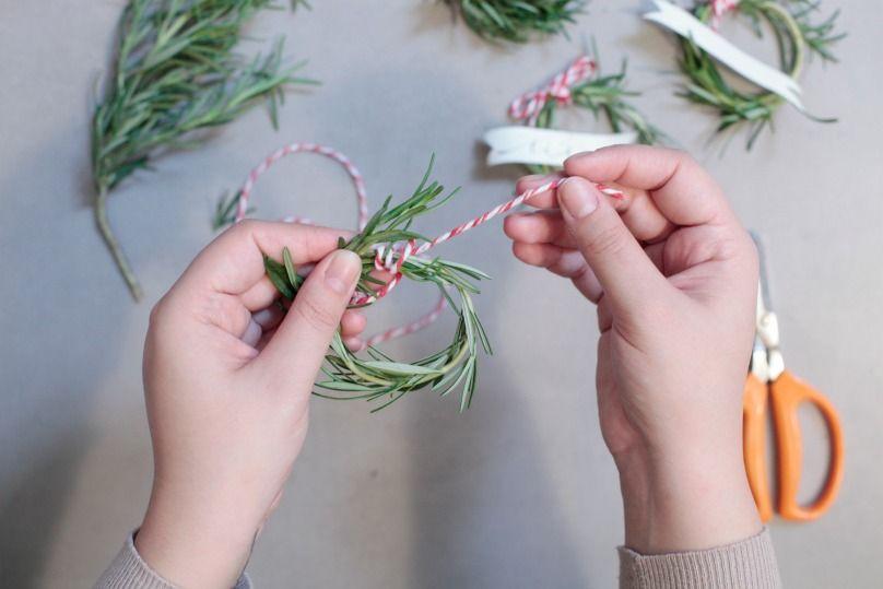 tavola di natale: come fare i segnaposti natalizi al rosmarino