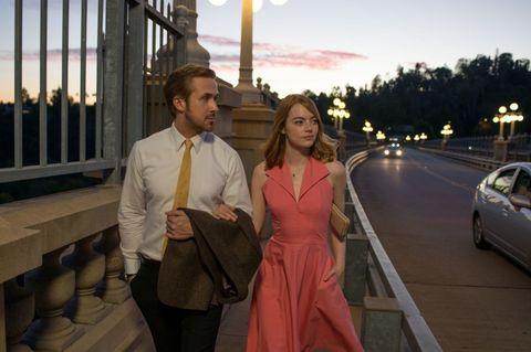"""<p>Dal 26 gennaio 2017 sarà possibile vedere in Italia uno dei film più attesi dell'anno: <strong data-redactor-tag=""""strong"""" data-verified=""""redactor""""><em data-redactor-tag=""""em"""" data-verified=""""redactor"""">La La Land</em></strong> di Damien Chazelle. È ambientato a Los Angeles, dove il pianista jazz Sebastian Wilder (<a data-tracking-id=""""recirc-text-link"""" href=""""http://www.elle.com/it/magazine/personaggi/g1811/ryan-gosling-film-imperdibili-sex-symbol/"""">Ryan Gosling</a>) e l'aspirante attrice Mia Dolan (<a data-tracking-id=""""recirc-text-link"""" href=""""http://www.elle.com/it/magazine/personaggi/interviste/a1583/emma-stone-film-la-la-land/"""">Emma Stone</a>) si sono appena trasferiti in cerca di fortuna. Scoccherà l'<strong data-redactor-tag=""""strong"""" data-verified=""""redactor"""">amore</strong> tra di loro, ma dovranno fare i conti con le difficoltà legate alle proprie<strong data-redactor-tag=""""strong"""" data-verified=""""redactor""""> ambizioni</strong> di successo.<br/></p>"""