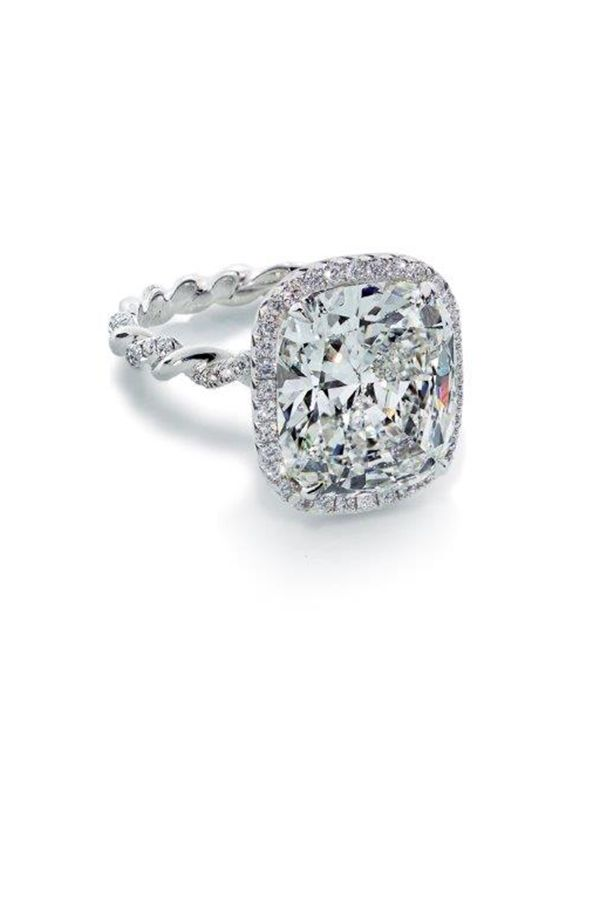 "<p>Anello di platino con diamanti, <strong data-redactor-tag=""strong"" data-verified=""redactor"">Forevermark by Julius Klein Group</strong>, <em data-redactor-tag=""em"" data-verified=""redactor"">forevermark.com</em>. </p>"