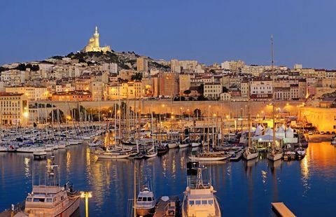 """<p>Ha una storia antica anche la più grande università francofona, <strong data-redactor-tag=""""strong"""" data-verified=""""redactor"""">Aix-Marseille </strong>a <strong data-redactor-tag=""""strong"""" data-verified=""""redactor"""">Marsiglia</strong>:&nbsp&#x3B;fondata nel 1409 è dotata del più grande centro ricerche di tutto il Paese. Qui sono presenti&nbsp&#x3B;molti studenti internazionali e questo crea un ambiente molto vivace e cosmopolita. Inoltre, il clima mite anche nel periodo invernale si presta in modo particolare a un <a href=""""http://www.gioia.it/bellezza/viso-e-corpo/consigli/a2836/capodanno-alle-terme-offerte-2016/"""" data-tracking-id=""""recirc-text-link""""><strong data-redactor-tag=""""strong"""" data-verified=""""redactor"""">Capodanno</strong></a> a tutto divertimento, tra i tradizionali caffè e le piazze del centro, dove attendere tutti insieme lo scoccare della mezzanotte.<br></p>"""
