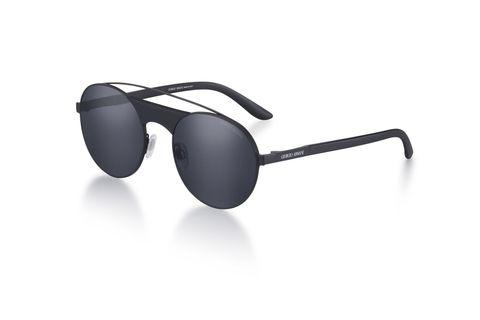 """<p>Leggeri e pronti a scalare con te le vette dello stile: ecco gli occhiali da sole in metallo nero con lenti tonde di <strong data-redactor-tag=""""strong"""" data-verified=""""redactor"""">Giorgio Armani</strong>. Un tocco chic per un <strong data-redactor-tag=""""strong"""" data-verified=""""redactor"""">look da montagna </strong>che non teme l'altitudine.<span class=""""redactor-invisible-space"""" data-verified=""""redactor"""" data-redactor-tag=""""span"""" data-redactor-class=""""redactor-invisible-space""""></span></p>"""