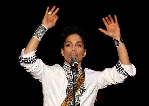 """<p>Leggendario. Così è stato definito il live di<strong data-redactor-tag=""""strong"""" data-verified=""""redactor""""> Prince,</strong>il folletto di Minneapolis<a data-tracking-id=""""recirc-text-link"""" href=""""http://www.elle.com/it/spettacolo/musica/news/a489/prince-morto/"""" target=""""_blank"""">scomparso d'improvviso lo scorso anno</a>, al Coachella 2008 e non stentiamo a crederlo. Perché <a data-tracking-id=""""recirc-text-link"""" href=""""http://www.elle.com/it/spettacolo/musica/a492/prince-canzoni-famose-scritte-per-altri-cantanti/"""" target=""""_blank"""">uno dei musicisti e autori più generosi della storia della musica</a>era anche, o forse soprattutto, un performer senza rivali sul palco. Da ascoltare assolutamente la sua versione di <em data-redactor-tag=""""em"""" data-verified=""""redactor"""">Creep </em>dei Radiohead.</p>"""