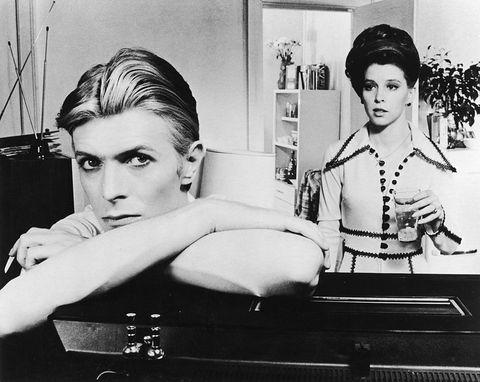 """<p>Il<strong data-redactor-tag=""""strong"""" data-verified=""""redactor""""> 10 gennaio 2017</strong> alle 22.30<strong data-redactor-tag=""""strong"""" data-verified=""""redactor"""">Paramount Channel </strong>affida il ricordo di <strong data-redactor-tag=""""strong"""" data-verified=""""redactor"""">David Bowie</strong>alle pellicoladi fantascienza <em data-redactor-tag=""""em"""" data-verified=""""redactor""""><strong data-redactor-tag=""""strong"""" data-verified=""""redactor"""">L'uomo che cadde sulla terra</strong>. </em>Il film del 1976 segnal'esordio come attore per ilDuca Bianco, che ha poi recitato ancora, tra gli altri, in <em data-redactor-tag=""""em"""" data-verified=""""redactor"""">Miriam si sveglia a mezzanotte</em> e il super cult <em data-redactor-tag=""""em"""" data-verified=""""redactor"""">Labyrinth</em>.<span class=""""redactor-invisible-space"""" data-verified=""""redactor"""" data-redactor-tag=""""span"""" data-redactor-class=""""redactor-invisible-space""""></span></p>"""