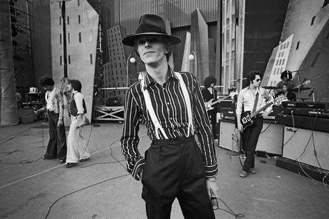"""<p>Bowie l'artista, Bowie la star, Bowie l'icona che cambia stile e personalità, dall'alieno colorato almaudit in pelle sotto il muro di Berlino, dalla femme fatale dai capelli vaporosi all'impeccabile Duca Bianco. Per non parlare dei sodalizi artistici, da Andy Warhol a Brian Eno, da Iggy Pop a Lou Reed. Persino isuoi occhi erano irripetibili. Ci sta, sia chiaro: lui era il primo a studiare esattamente con che facciapresentarsi. Ma la sua figura è tanto prorompente che nel ricordarlo rischiamo di trascurarne la musica, la straordinaria varietà degli album (dall'essenziale <em data-redactor-tag=""""em"""" data-verified=""""redactor"""">Ziggy Stardust</em> al ritmatissimo <em data-redactor-tag=""""em"""" data-verified=""""redactor"""">Let's dance</em> all'affascinante, cupo <em data-redactor-tag=""""em"""" data-verified=""""redactor"""">Heroes</em>), e di canzoni che hanno avuto la capacità di diventare popolari senza ricorrerealle melodie più facili. Anche i suoi pezzi più famosi, come <em data-redactor-tag=""""em"""" data-verified=""""redactor"""">Space oddity, Life on Mars</em>?, <em data-redactor-tag=""""em"""" data-verified=""""redactor"""">Heroes</em>, non poggiano su strofe o ritornelli elementari. C'è rock grintoso in<em data-redactor-tag=""""em"""" data-verified=""""redactor""""> Rebel rebel</em>, elettronica in <em data-redactor-tag=""""em"""" data-verified=""""redactor"""">Ashes to ashes</em>, disco in <em data-redactor-tag=""""em"""" data-verified=""""redactor"""">Let's dance</em>. E la sua voce è sfrontata e giovanile nei pezzi più glam, ma più elegante, alla Frank Sinatra, in canzoni più vellutate. Anche per questo motivo, sarà più facile imitare David Bowie nel suo modo di essere una star, che nel suo modo di essere – con tutta probabilità – il più grande artista che il rock'n'roll abbia mai avuto. (<strong data-redactor-tag=""""strong"""" data-verified=""""redactor"""">Paolo Madeddu</strong>)</p><p>Oltre alla <a data-tracking-id=""""recirc-text-link"""" href=""""http://www.elle.com/it/magazine/personaggi/news/g82/david-bowie-il-ricordo-della-redazione/"""">scomparsa di"""