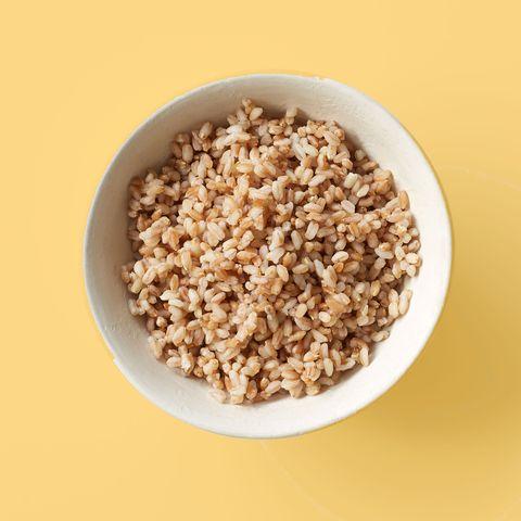 """<p>Questo grano integrale è una sana alternativa al riso bianco. «Molti ritengono di dover evitare i <a data-tracking-id=""""recirc-text-link"""" href=""""http://www.elle.com/it/benessere/diete/consigli/a956/proteine-vegetali-quali-scegliere/"""">cereali</a> nelle <strong data-redactor-tag=""""strong"""" data-verified=""""redactor"""">diete dimagranti</strong>, ma non è questo il caso. I <strong data-redactor-tag=""""strong"""" data-verified=""""redactor"""">cereali integrali</strong> come il farro, saziano e, allo stesso tempo, offrono grande quantità di fibre», affermaKayleen St. John<span class=""""redactor-invisible-space"""" data-redactor-class=""""redactor-invisible-space"""" data-redactor-tag=""""span"""" data-verified=""""redactor"""">, direttrice esecutiva delNutrition and Strategic Development<span class=""""redactor-invisible-space"""" data-redactor-class=""""redactor-invisible-space"""" data-redactor-tag=""""span"""" data-verified=""""redactor""""> di <em data-redactor-tag=""""em"""" data-verified=""""redactor"""">Euphebe</em>. Considerato che è facile esagerare con il <strong data-redactor-tag=""""strong"""" data-verified=""""redactor"""">farro</strong> perché è buonissimo, St. John consiglia di pesare attentamente la quantità da mangiare.</span></span></p>"""