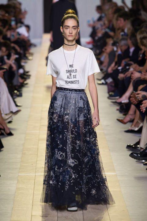 """<p><em data-redactor-tag=""""em""""></em>La t-shirt con loslogan femminista di <strong data-redactor-tag=""""strong"""" data-verified=""""redactor"""">Dior</strong> è statauno dei capipiù instagrammatidella collezioneprimavera estate 2017. <a data-tracking-id=""""recirc-text-link"""" href=""""http://www.elle.com/it/moda/abbigliamento/news/a1035/maria-grazia-chiuri-verso-direzione-creativa-dior/"""">Maria Grazia Chiuri</a>, che ha fatto il suo debutto con la maison, ha imposto <a data-tracking-id=""""recirc-text-link"""" href=""""http://www.elle.com/it/moda/abbigliamento/a1939/dior-femminismo-maria-grazia-chiuri-sfilata-parigi/"""">ilgirl power</a>con questa maglietta.<span class=""""redactor-invisible-space"""" data-redactor-class=""""redactor-invisible-space"""" data-redactor-tag=""""span"""" data-verified=""""redactor""""></span></p>"""