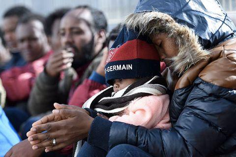 """<p>L'ennesima tragedia avvenuta nel Mar Egeo. Sono centinaia<a data-tracking-id=""""recirc-text-link"""" href=""""http://www.elle.com/it/magazine/firme/a793/migranti-accoglienza-storia-favour/"""">i bambini che perdono la vita nei naufragi</a>. Ma ancora di più muoiono per il freddo, la fame, gli stenti. E nessuno ne parla.<span class=""""redactor-invisible-space"""" data-redactor-class=""""redactor-invisible-space"""" data-redactor-tag=""""span"""" data-verified=""""redactor""""></span></p>"""