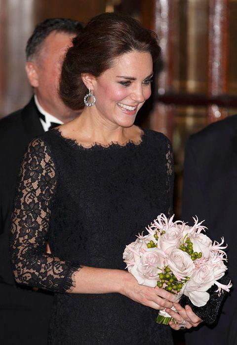 <p>La duchessa di Cambridgecon l'abito lungonero diDiane Von Furstenbergindossato per la Royal Variety Performance al London Palladium nel 2014.</p>
