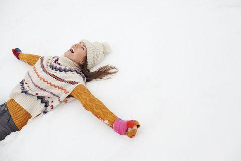 vacanze-in-montagna-senza-sci ragazza sulla neve