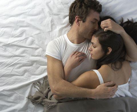 Dormire abbracciati, le posizioni più comode per una coppia felice