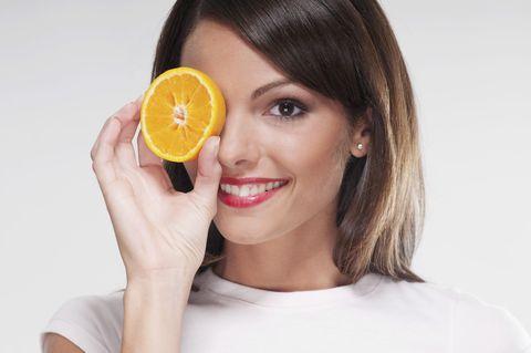 """<p>Fai il pieno di vitamina C: cibi come gli agrumi e i <a href=""""http://www.gioia.it/idee/cucina/how-to/a2962/frullati-detox-per-dimagrire-ricette-kiwi/"""" data-tracking-id=""""recirc-text-link"""">kiwi sono degli antiossidanti naturali</a> e contribuiscono a proteggere il contorno occhi dall'invecchiamento precoce.</p>"""